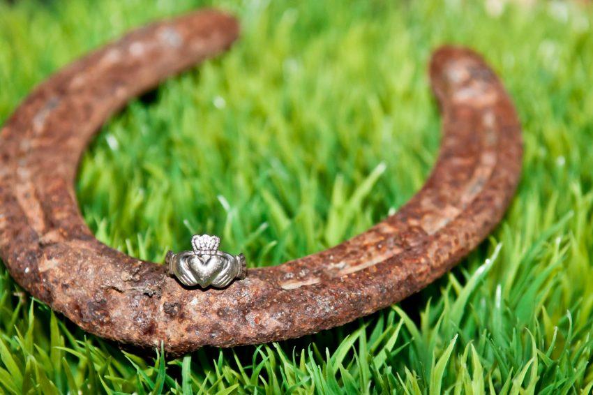 Hufeisen und Claddagh Ring