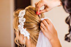 Romantische Brautfrisuren-Trends für die Hochzeit