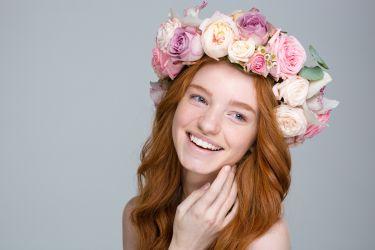 Frisur mit üppigen Blumenkranz