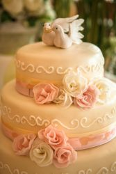 Hochzeitstorte mit rosa Blüten