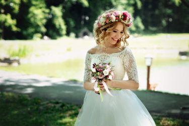 Braut mit sommerlichen Blumenschmuck