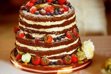 Naked Cake mit Beeren und Blüten