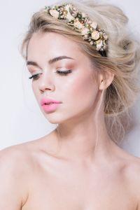 Lockere Steckfrisur mit Blüten