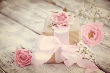 Geschenk mit Rosen
