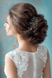 Brautfrisur mit zartem Haarschmuck
