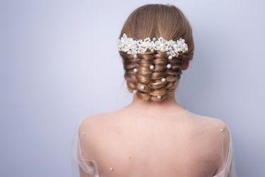 Aufwendige Hochsteckfrisur mit zartem Haarschmuck