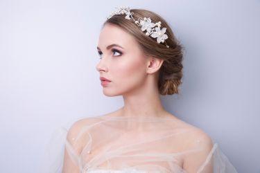 Brautfrisur mit Blütenkranz