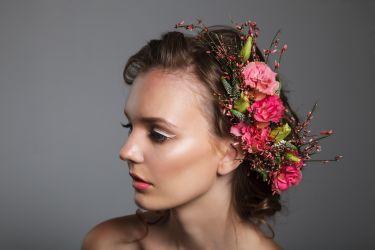 Romantische Brautfrisur mit Blüten