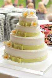 Hochzeitstorte mit grünen Bändern