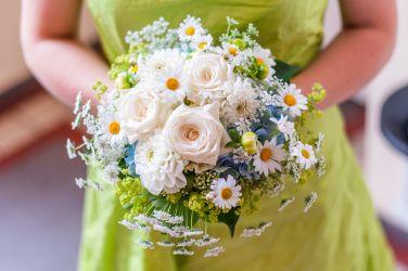 Zarter Brautstrauß mit Kamille