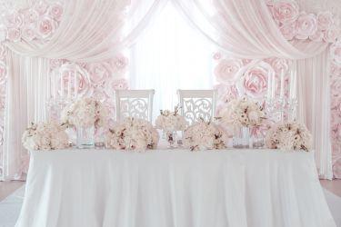 Hochzeitstisch mit Rosen