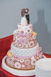 Verspielte Hochzeitstorte mit Figuren