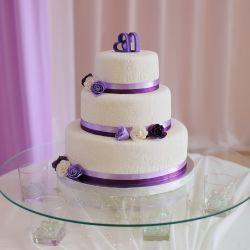 Hochzeitstorte mit lila Details