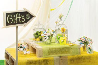 Frühlingshafter Geschenketisch Hochzeit