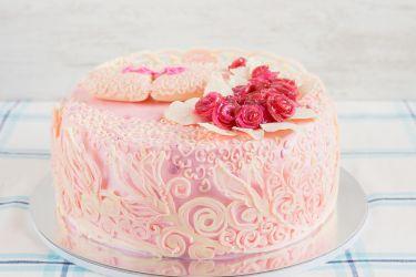 Pinke Hochzeitstorte mit Ornamenten