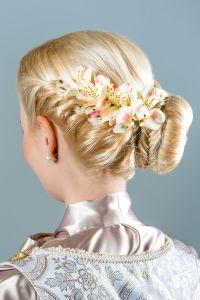 Kunstvolle Brautfrisur mit Blüten