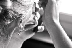 Strahlende Piercings auf der Hochzeit